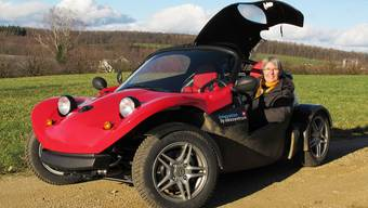 Iris Frei unterwegs im Fricktal mit ihrem ökologischen Roadster vom Ökozentrum in Langenbruck. zvg