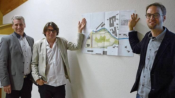 Zeigen den Gestaltungsplan: Ammann Daniel Suter, Gutachter Philipp Husistein und Raumplaner Balthasar Marx-Schiegg (v.l.).