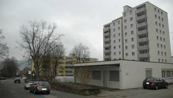 Das flache Gebäude (rechts) könnte künftig eine neue Pflegewohnung beherbergen.