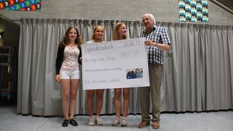 Bezirksschülerinnen überreichen Stiftungsrat-VizepräsidentEdgar Zimmermann vom Hilfswerk Margrit Fuchs einen Check.  (CM)