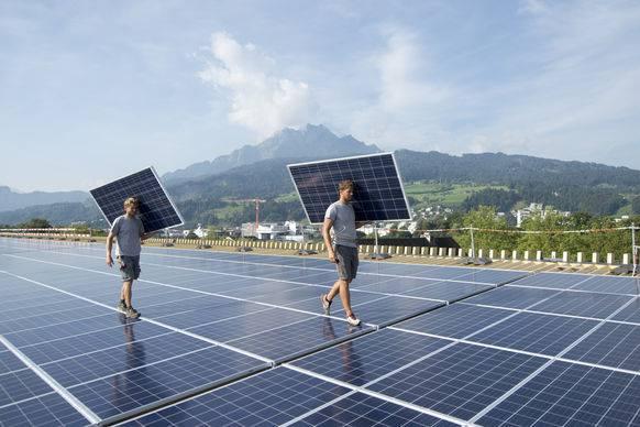 Gewerbler hoffen auf neue Aufträge für die Montage von Solaranlagen.