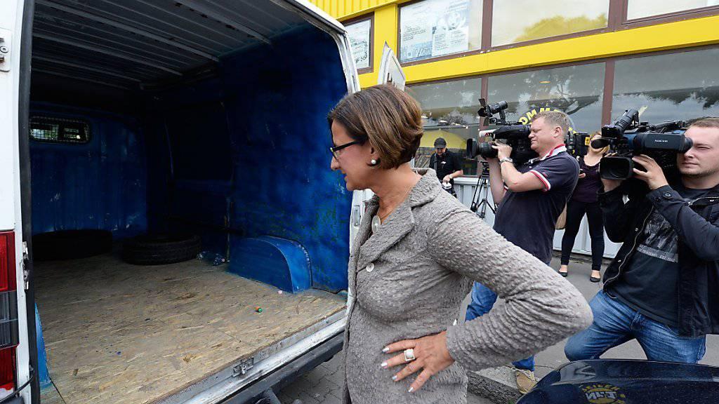 Innenministerin Mikl-Leitner bei der Begutachtung des Schlepperfahrzeugs: Wer die Hintermänner sind, ist noch unbekannt.