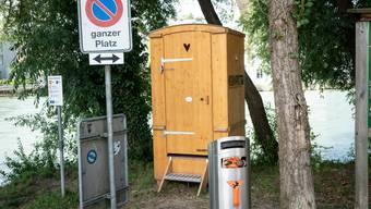 Das WC soll Wildpinkler davon abhalten, gegen die Bäume zu urinieren.