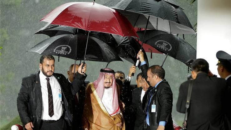 Regenschirme sind bei weitem nicht die einzige Komfort-Massnahme auf König Salmans Asien-Reise. A. Ibrahim/Keystone