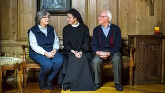 Beatrice und Charles Rätz, die Limmattaler des Jahres 2016, verstanden sich beim Kaffeeplausch im Kloster Fahr ausgezeichnet mit Priorin Irene.