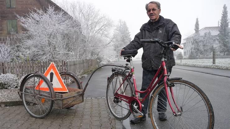 Eduard Häfliger mit seinem roten Velo: Ein vertrautes Bild in Obergerlafingen.
