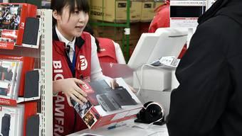 Die Konsumenten haben im März nach den neuen Switch-Konsolen von Nintendo gegriffen. Im ersten Verkaufsmonat nach dem Start gingen 2,74 Millionen Konsolen über die Ladentische.