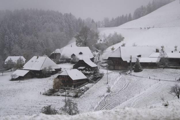 Der erste Schnee, bis in tiefere Lagen, am Montag, 6. November 2017, auf der Lueg bei Affoltern im Emmental. (KEYSTONE/Marcel Bieri)