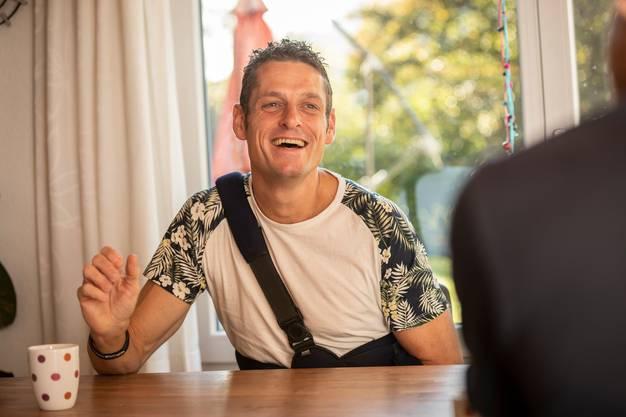 Weil er sich bei einem Velounfall das Schlüsselbein gebrochen hat, liegt der linke Arm von Maarten Hendriks in einer Schlaufe.