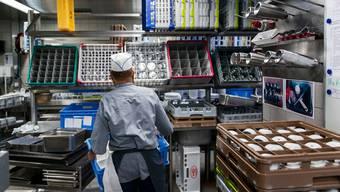 Ein Restaurant-Besitzer, der Hilfskräfte wie einen Tellerwäscher sucht, muss das dem RAV melden.