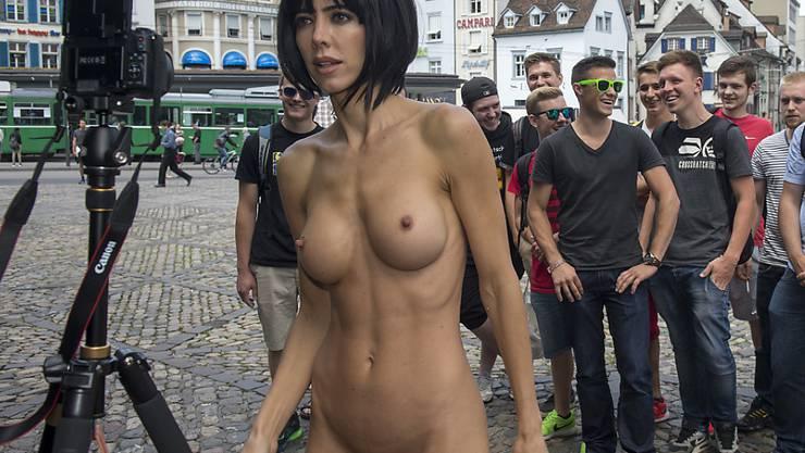 """Milo Moiré bei einer ihrer Nackt-Performances. Ende Woche zieht sie in den Sat1 Promi-Knast. Da darf man gespannt darauf sein, welche """"Kunst""""-Nummern  sie dort abzieht. (Archivbild)"""