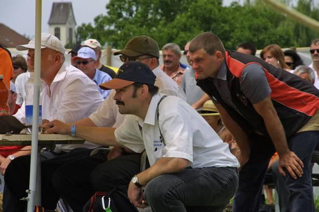 Kampfrichter, Schwinger und Zuschauer blicken gebannt auf das Geschehen im Sägemehlring.