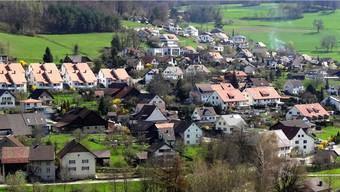 Das Grundbuch kann nun mit den neusten Vermessungsdaten der Gemeinde Zuzgen (hier ist ein Teil des Baugebiets zu sehen) nachgeführt werden. – Foto: chr