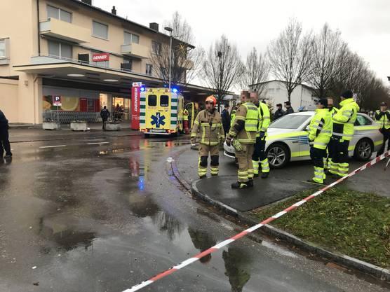 Ein Lieferwagenfahrer gerät in Bad Zurzach auf das Trottoir und kollidiert dort mit zwei Fussgängerinnen. Eine Frau (39) stirbt noch auf der Unfallstelle, eine zweite wird schwer verletzt ins Spital gefahren.