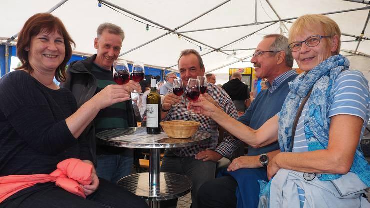 Ein Prost aufs Winzerfest (v.l.): Erika Aeschbacher, Marcel Bugmann, Guido Erne, Peter Heer und Therese Bugmann.