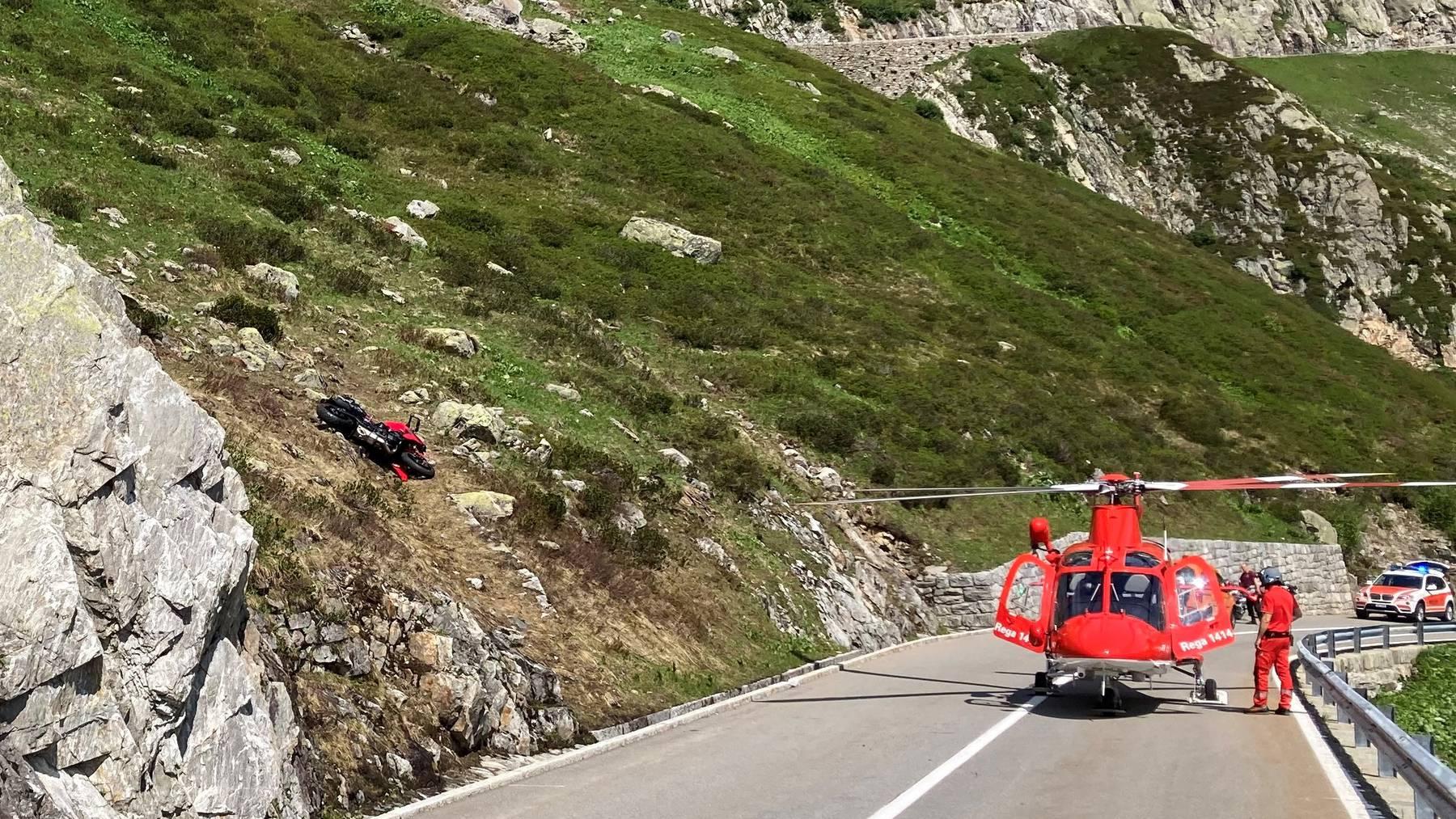 Das Motorrad (links im Bild) stürzte rund 50 Meter ins Gelände. Ein Rega-Helikopter wurde aufgeboten.