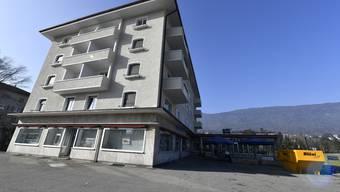 Das Gebäude links wurde saniert und soll verkauft werden. Im Erdgeschoss und im Untergeschoss soll es neu eine Bar geben, die bis frühmorgens geöffnet hat.