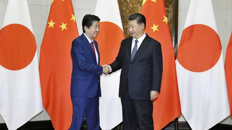 Shinzo Abe (l.) und Xi Jinping am Freitag in Peking.