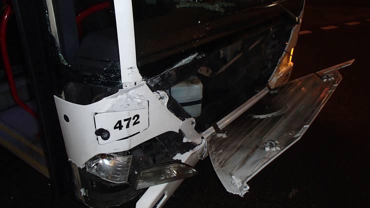 Der Linienbus wurde beim Unfall stark beschädigt.