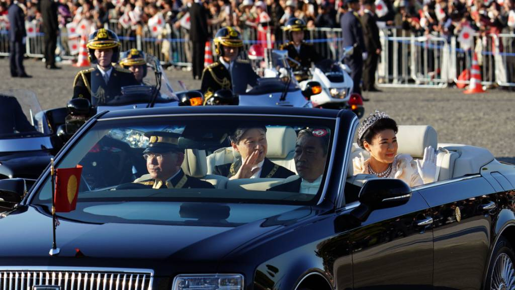 Prachtvolle Parade des japanischen Kaiserpaares durch Tokio