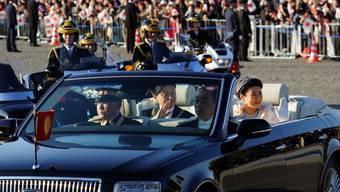 Das neue japanisch Kaiserpaar lässt sich auf den Strassen Tokios vom Volk feiern.