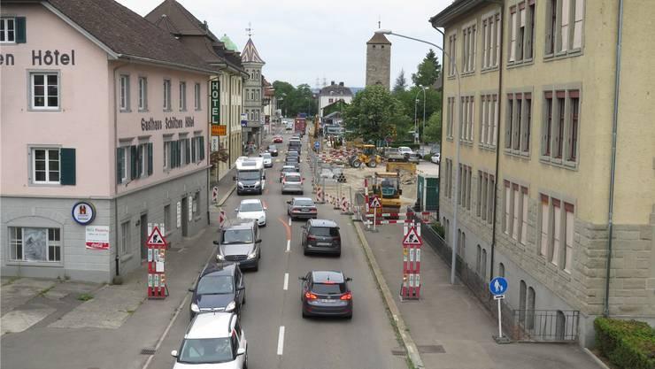 Wegen Bauarbeiten staut sich der Verkehr in Laufenburg. Bald wird der Abschnitt im Bild saniert – mit zweispuriger Verkehrsführung.