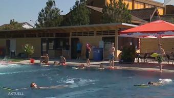 Während in Egerkingen noch fröhlich geplanscht werden kann, wurde in Grenchen die Badesaison trotz Sommerwetter bereits beendet. Dies zum Frust vieler Wasserratten. Warum verlängern die einen während die anderen bereits schliessen?