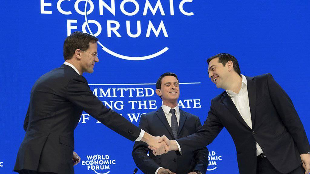 Freundliches, aber distanziertes Händeschütteln zwischen dem niederländischen Premierminister Mark Rutte (links) und dem griechischen Premier Alexis Tsipras (rechts). Im Hintergrund: der französische Premierminister Manuel Valls.