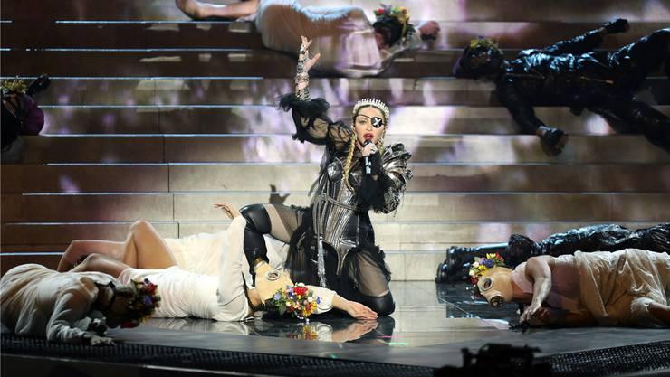 Wacklige Madonna am Fiasko von Tel Aviv.