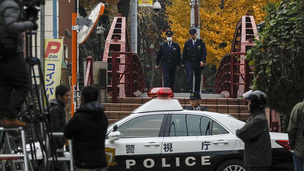 Nach einem Schwert-Angriff auf die oberste Priesterin des Tomioka Hachimangu-Schreins in Tokio hat die Polizei den Shinto-Schrein abgesperrt.