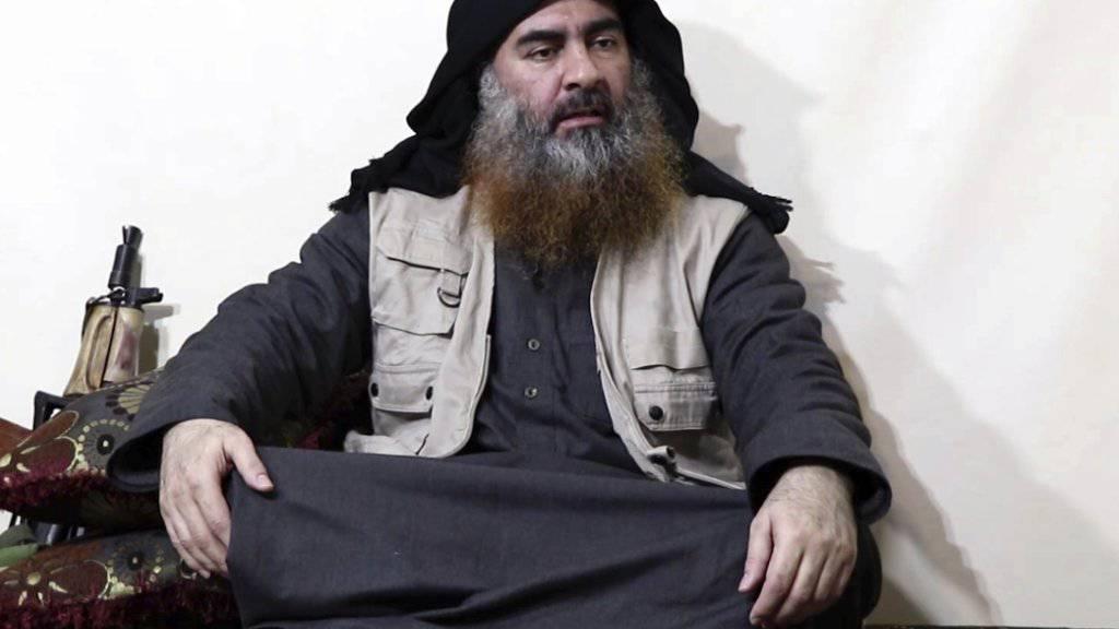 In dem Video sitzt al-Bagdadi mit gekreuzten Beinen auf einem Kissen vor einer Waffe und spricht zu mehreren Anhängern der Terrormiliz. Darin erklärt er unter anderem, der Kampf gegen die «Kreuzfahrer» werde lange dauern.