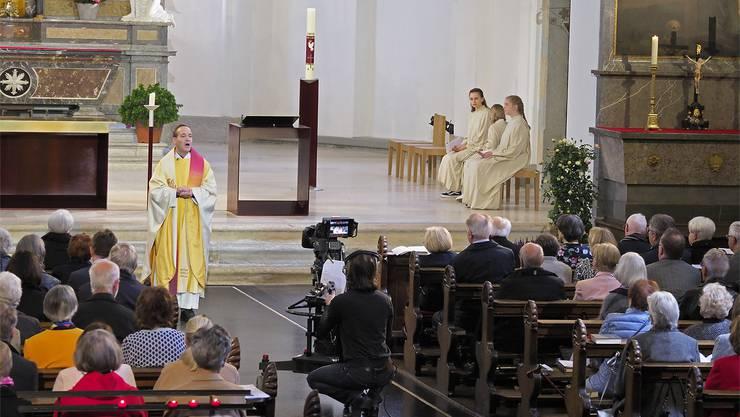 Rund 200 Besucherinnen und Besucher wohnten dem Live-Gottesdienst, geleitet von Pfarrer Kai Fehringer, bei.Foto: Kurt Schibler