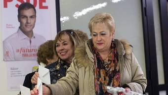 Ein PSOE-Mitglied wirft ihren Abstimmungszettel in die Urne.