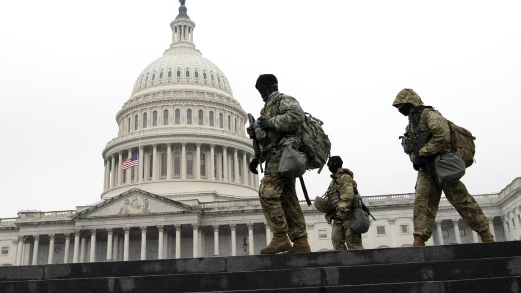 Mitglieder der Nationalgarde patrouillieren vor dem Kapitol in Washington. Foto: Jose Luis Magana/FR159526 AP/dpa