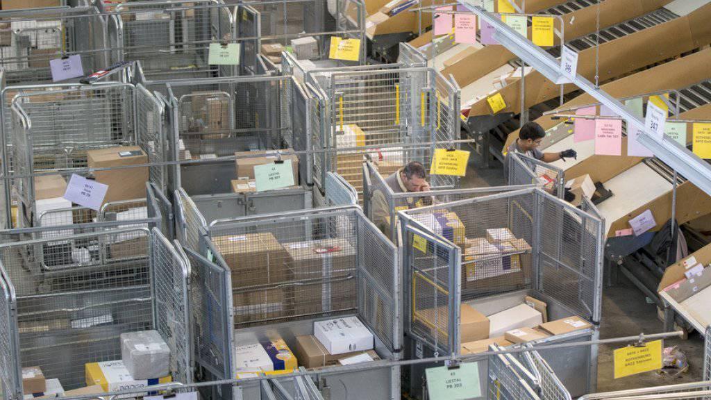 Die Post befördert dank dem E-Commerce-Boom immer mehr Pakete. Allein im Paketzentrum Härkingen wurden seit 1999 eine Milliarde Päckli sortiert. (Archivbild)