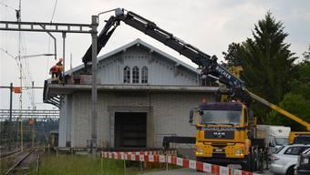 Die ersten Arbeiten für den Abbruch des Güterschuppens beim Bahnhof in Muri haben begonnen.