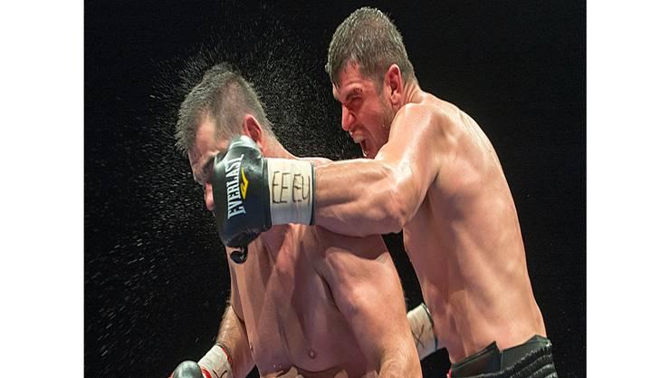 Arnold Gjergjaj (rechts) landet gegen Adnan Redzovic einen Volltreffer.keystone