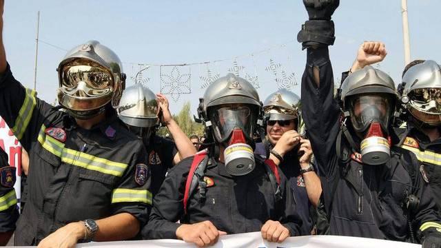 Feuerwehrmänner in Uniform demonstrieren in Thessaloniki gegen die Sparmassnahmen
