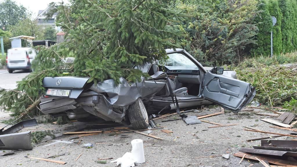 Auto donnert in Baum – beide Insassen verletzt