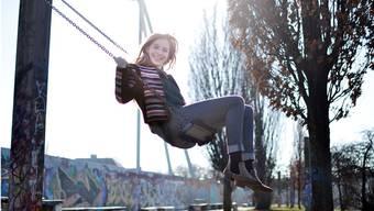Nina Birri aus Windisch geniesst ihre Zeit in Berlin, wie hier auf einer Schaukel im Mauerpark direkt neben der Mauer. ZVG