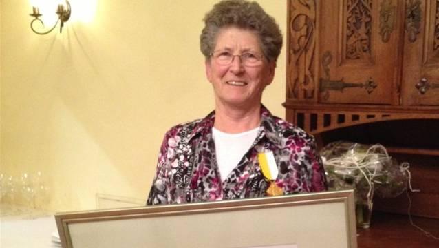 Annemarie Obrist mit der Verdienstmedaille.