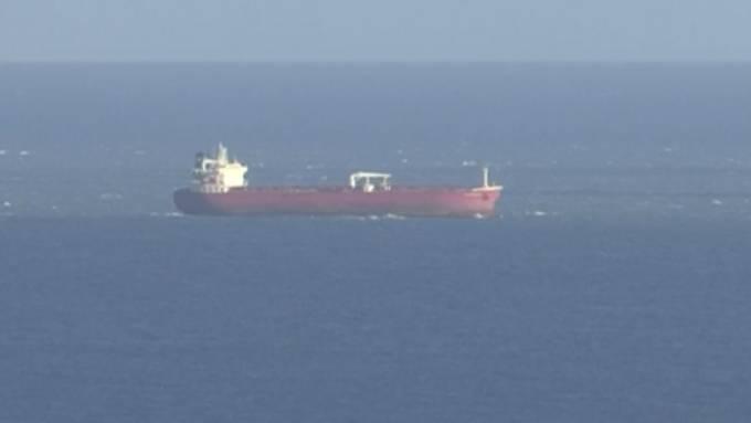 Das Standbild aus einen SKY-Video zeigt den Öltanker vor der britischen Isle of White. Foto: -/Sky News/AP/dpa