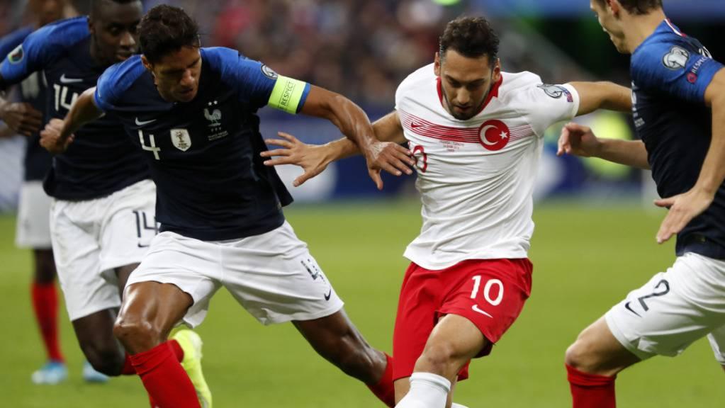 Kein Sieger zwischen Frankreich und der Türkei: Der Franzose Raphaël Varane (li.) im Zweikampf mit Hakan Calhanoglu