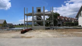 Auf dem vorhandenen Fundament mit Liftschacht und Treppenaufgang will die Gistec schon bald ein neues 12-Familienhaus bauen.