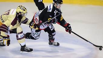 Fribourg-Spieler Killian Mottet umkurvt den Gegner.