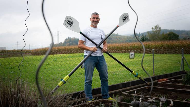 Steve Chetcuti zuhause in seinem Garten.