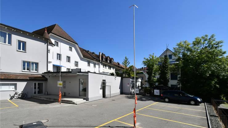 Der Hinterhof des Bernheimgebäudes. Die Erweiterungsbaute (im Profil angedeutet) ist zweistöckig und mit Flachdach vorgesehen.