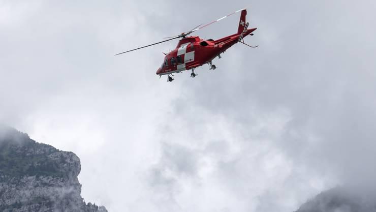 Trotz der Rettungsaktion der Rega verstarb ein verunfallter Holzarbeiter aus Obwalden im Spital. (Symbolbild)