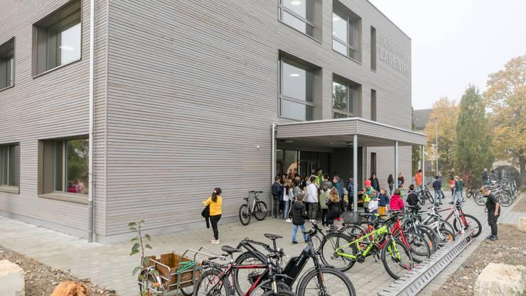 Das neue Schulhaus Langwies von aussen.