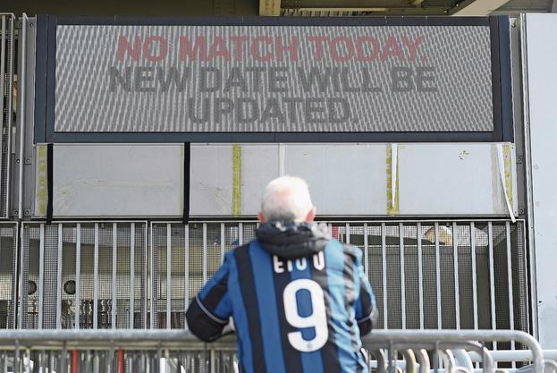 Spiel abgesagt: Ein Fan beim San-Siro-Stadion.Bild: Reuters (Mailand, 23. Februar 2020)